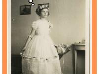 Dziewczynka wbiałej sukni. Początek dwudziestego wieku.