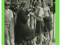 Dzieci przy drewnianym płocie  wNałęczowie: Wiesław Kotnowski, Leszek Kotnowski ikoleżanki. Lipiec 1936.