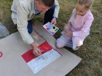 Mieszkaniec maluje orła nafladze Polski.
