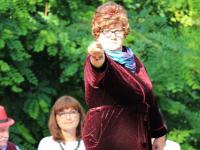 Pani Dulska wskazująca widownie podczas Narodowego Czytania.