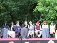 Artyści zeStowarzyszenia T-Art orazmieszkańcy podczas Narodowego Czytania.